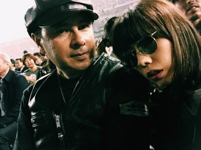 仲里依紗、KISSのライブに親子で参戦!父親とのツーショットに「ナイス親子」の声も