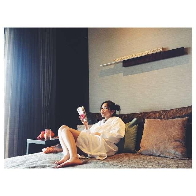 紗栄子、ベッドにバスローブ姿で生足ちらり…「かわいい」と反響