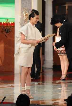 日本アカデミー賞で変な衣装が多いと話題にww