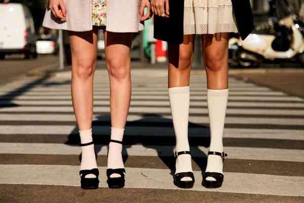 サンダルに靴下を合わせるコーディネートはもはや王道の組み合...|MERY [メリー]