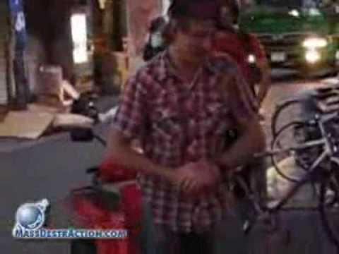 清掃車のおっちゃんが調子に乗ってる不良外人を張り倒す動画 - YouTube