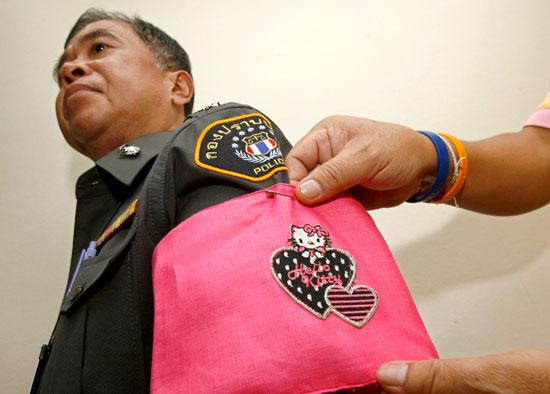 海外「タイの警察官は規則違反の罰としてハローキティーの腕章を着けなければならない…」 【TIL】 : 海外の万国反応記