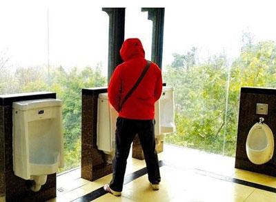 """今度は""""美女""""と、小便器で「ニーハオ」!? 中国トイレ革命のヤバすぎる迷走ぶり"""