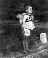 焼き場に立つ少年。原爆の夏遠い日の少年・・・背負っているのは死んだ弟である - NAVER まとめ