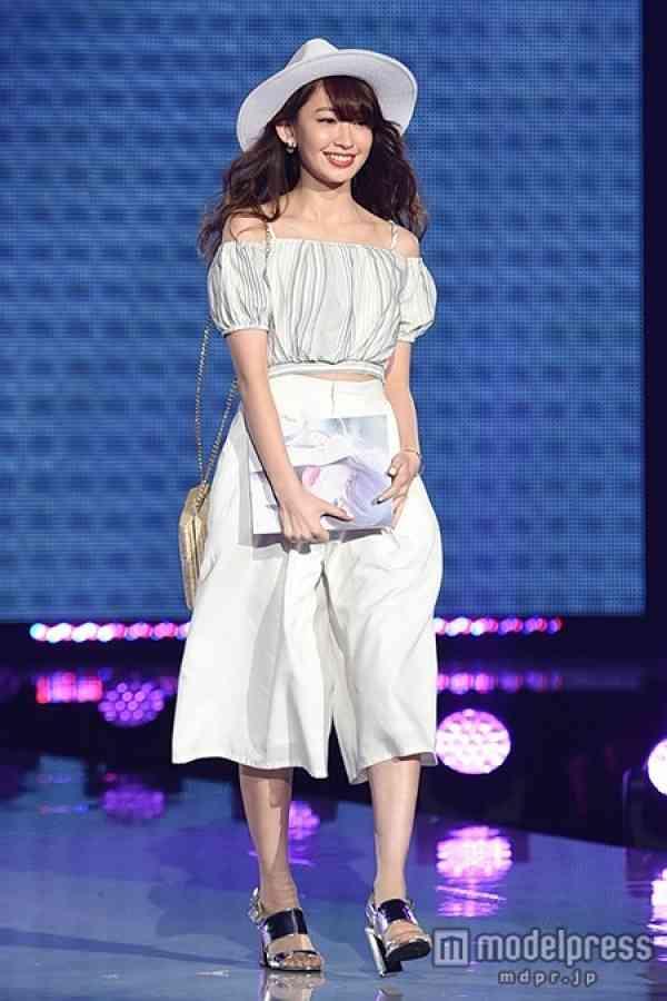小嶋陽菜、神戸コレクションにサプライズ登場 フェロモンたっぷりランウェイにファン歓喜 - モデルプレス