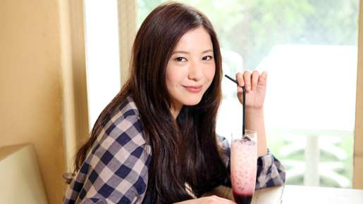 """吉高由里子が""""めがね""""と""""美脚""""写真を公開。ポラロイドならではのポーズ?"""