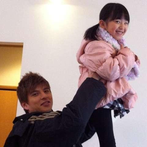 城田優、赤西仁と黒木メイサの子供を抱いて一緒に買い物をする