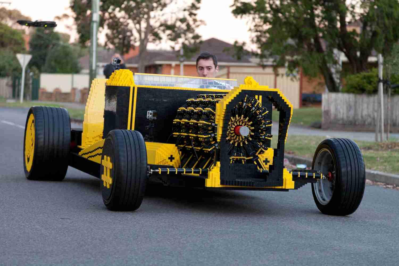 エンジンまでLEGO!50万個以上のLEGOブロックで作られた人を乗せて走れるLEGOカーがすごい