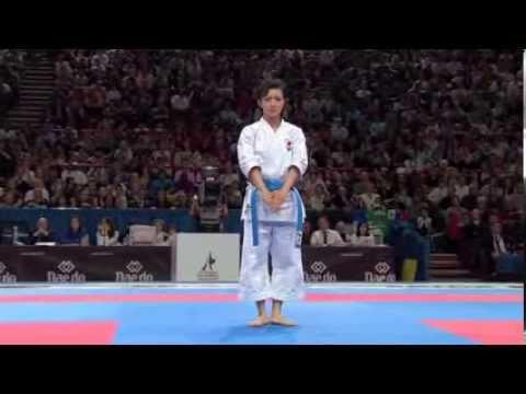 「日本人の精神に敬意を」 女子世界一の空手演武に外国人心酔 - YouTube