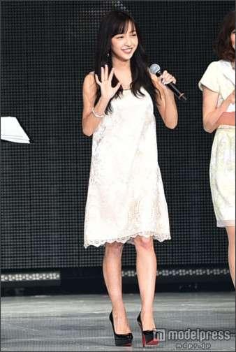 板野友美、黒髪で初ランウェイ…神戸コレクションに降臨