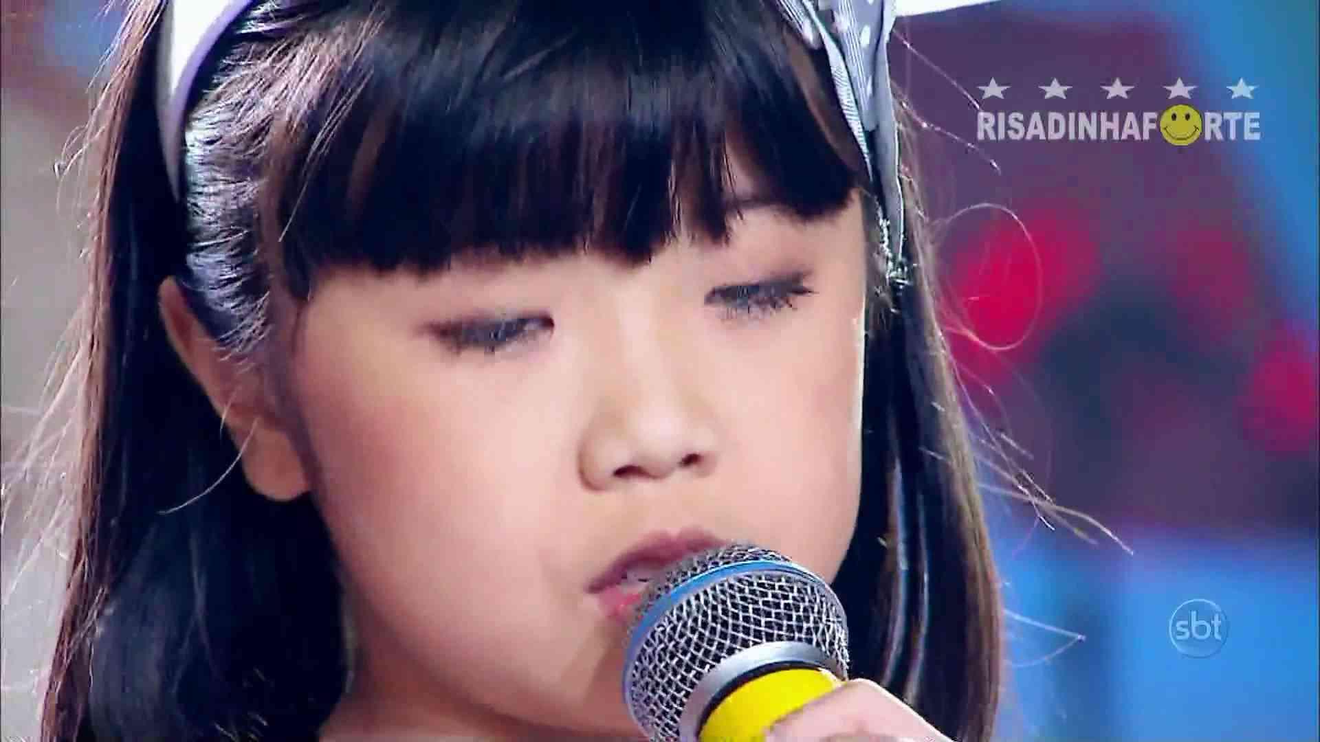 泣ける映像。 天使の歌声に感動してください ブラジルの番組で日本語で歌う子供 - YouTube