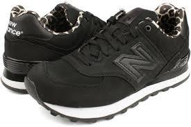 ニューバランスの靴履いてる人