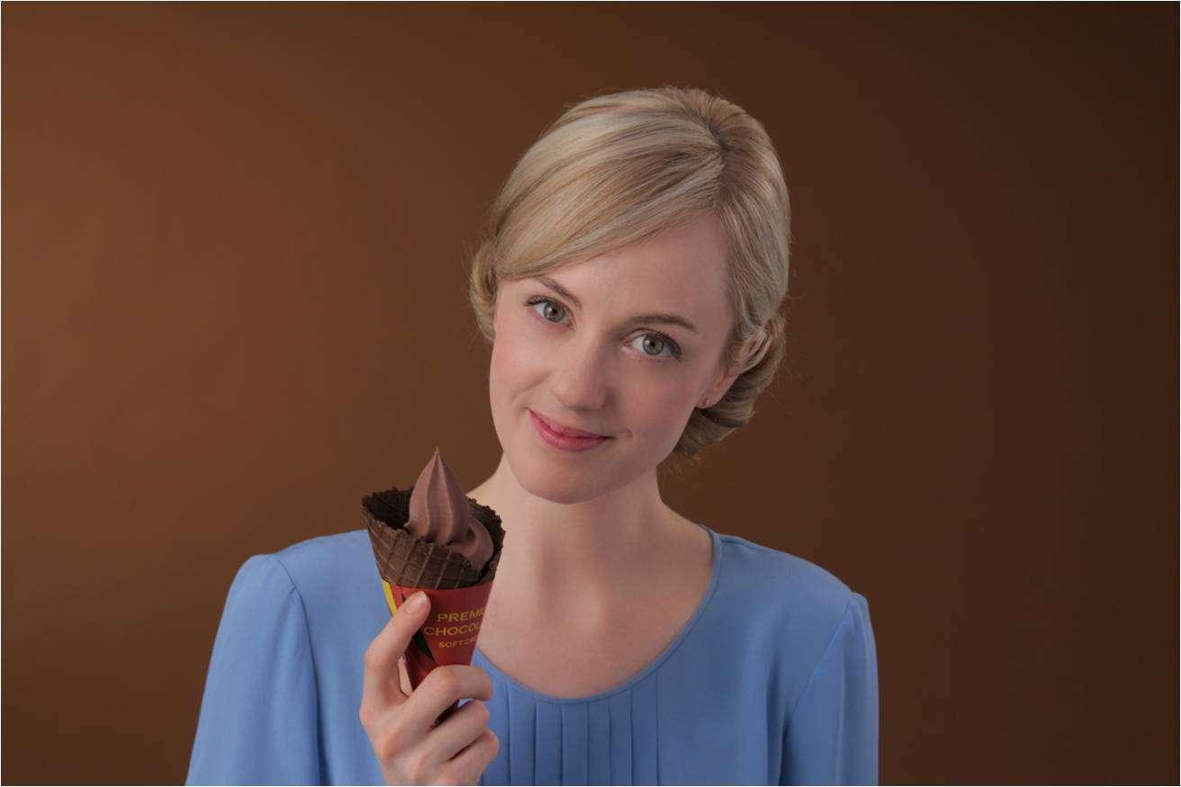 プレミアムベルギーチョコソフト100万食販売!女優シャーロット・ケイト・フォックスさん、「ダイジョウブ!!」のセリフでミニストップ「プレミアムベルギーチョコソフト」を応援|ミニストップ株式会社のプレスリリース