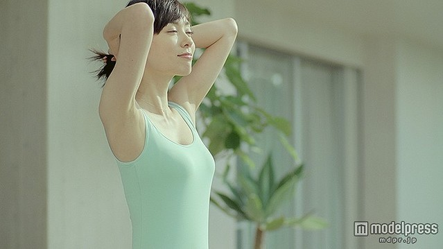 吹石一恵、ユニクロ・ブラトップの新CMで美しいバストラインを再び披露