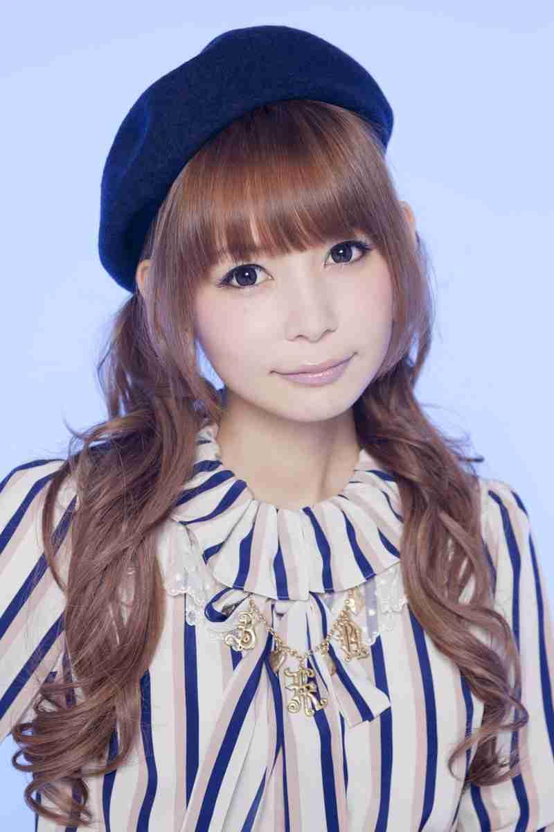 紺色のベレー帽をかぶってツインテールの中川翔子