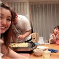 木下優樹菜、リラックス感溢れる家族3ショット公開 。夫の藤本敏史のTシャツが「可愛い」と話題に。