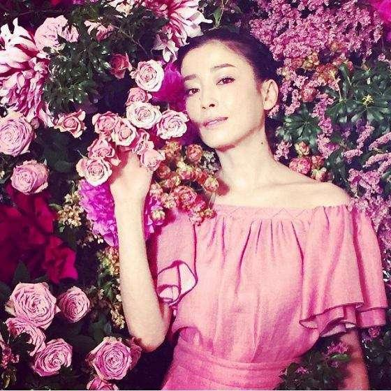 息を呑む大人の美しさ……花に囲まれた宮沢りえの写真にコメント殺到