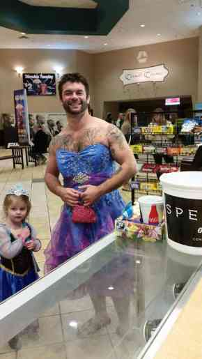 姪「ドレス着てシンデレラの映画見に行きたいけど恥ずかしい…」叔父「じゃあ俺も着るよ!」→海外で男らしいと絶賛