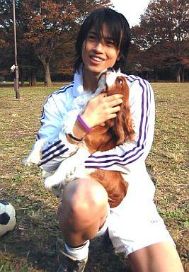 犬を抱っこする斎藤工