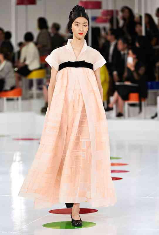 シャネルが韓国の民族衣装を再考 モダンな現代服に   Fashionsnap.com
