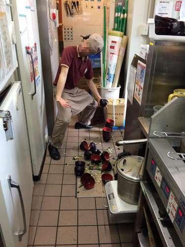 すき家アルバイトが不適切画像を『Twitter』に投稿し炎上!味噌汁のお椀や具を床にぶちまける