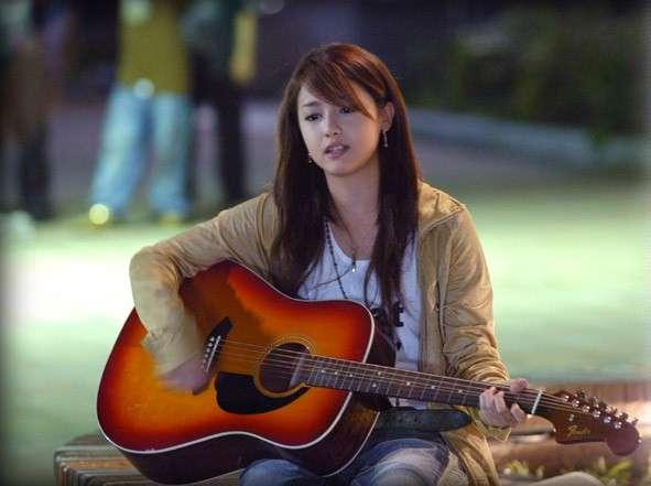ギターを弾く沢尻エリカ