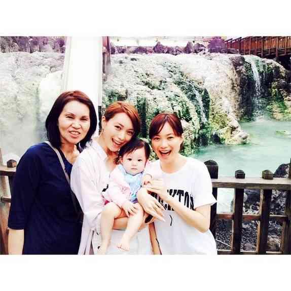 """蛯原友里、家族で温泉旅行を満喫。美しい""""3世代ショット""""に「素敵すぎる」と反響"""
