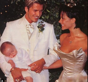 ベッカム夫妻、結婚16周年を祝う。素敵なファミリーショットを公開。