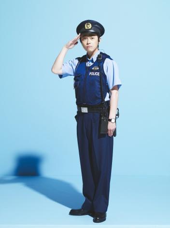 警察官役の勝地涼。