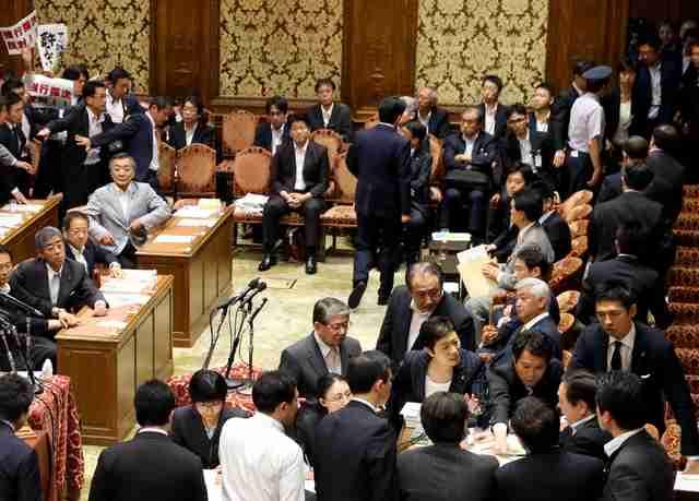 安保法案「成立すれば国民は忘れる」 強行採決の背景は:朝日新聞デジタル