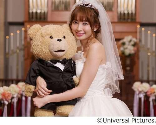 花嫁姿のAKB48小嶋陽菜がテッドとハグ、もふもふファンクラブの代表就任