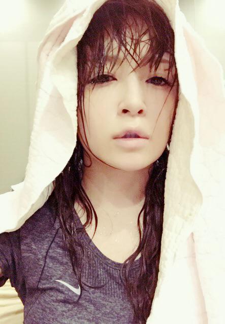 浜崎あゆみがセクシーすぎるびしょ濡れ写真を投稿、ネット上で話題に