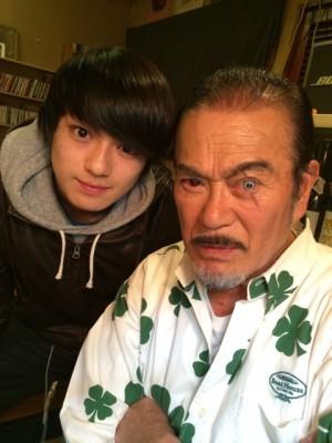 ヒロミが家族4人の写真を公開、素顔で登場の息子に「イケメン!」の声。