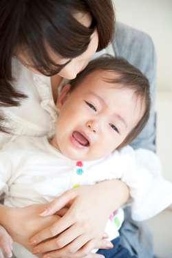 子どもの泣き声にイラつく人こそ、マナー違反ではないか?