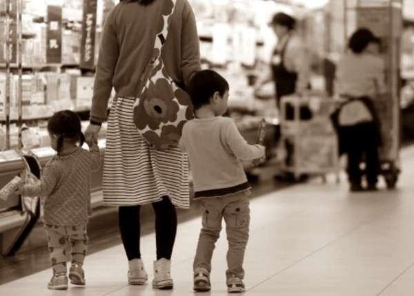 「明日の食費がない」「子育ては苦しみばかり」…シングルマザーの貧困