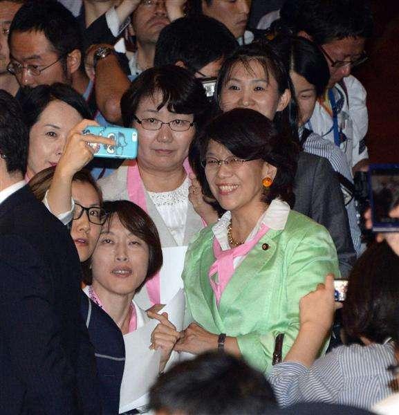 野党女性議員「触るな!セクハラだ!」安保法案採決遅らせるため、ドアの前に立ち与党議員が触れるたびに大騒ぎ