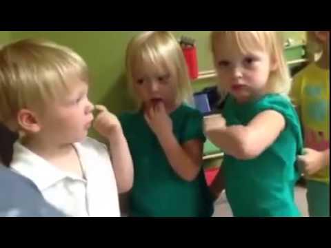 子どもの言い争いがかわいい (you poked my heart 翻訳) - YouTube