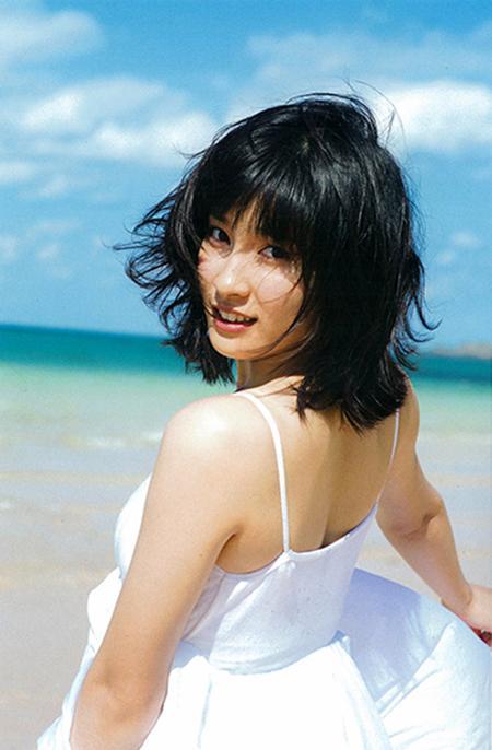 青い空、白い砂浜で笑顔で振り向く土屋太鳳