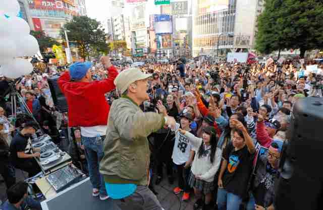 シールズ「諦めない」 安保成立1カ月、渋谷で抗議活動:朝日新聞デジタル