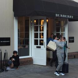 痛いニュース(ノ∀`) : 【英国】 中国人観光客、英バーバリー店舗前で子供にウンコさせる…写真が投稿され大騒ぎ 「国に帰れ」「もう来るな」非難轟々 - ライブドアブログ