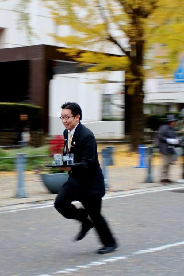 ホテルのウェイターがトレイを運びながら全力疾走!『ウエイターズレースジャパン2015 』の画像が疾走感ありすぎ