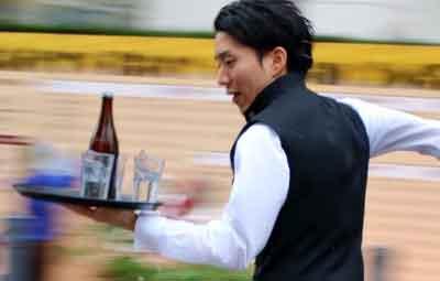 ホテルのウェイターがトレイを運びながら全力疾走!『ウエイターズレースジャパン2015 』の画像が疾走感ありすぎwwwww : はちま起稿