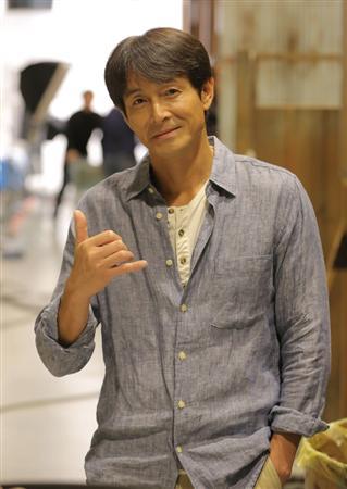 ポーズを決める吉田栄作