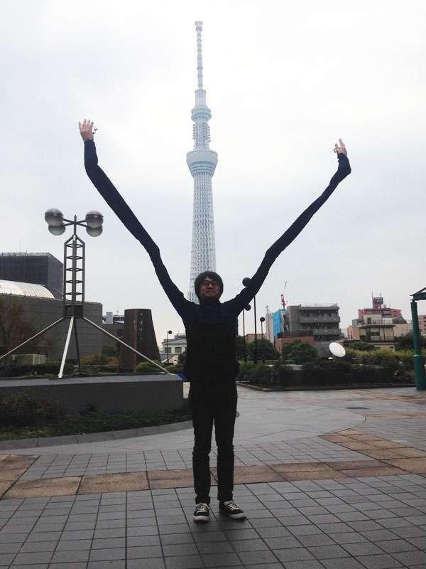 自撮り棒が恥ずかしい日本人男性、腕を長くすることを思いつき外国人に大ウケw
