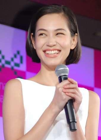 水原希子、野村周平との交際報道に笑顔 とぼけた表情で否定せず