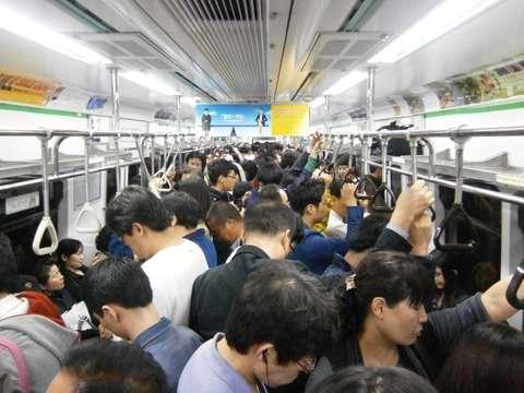 「会社の大事な会議に遅れてはならない」 40代男性、停車中の列車から線路上に降りる 東京・常磐線
