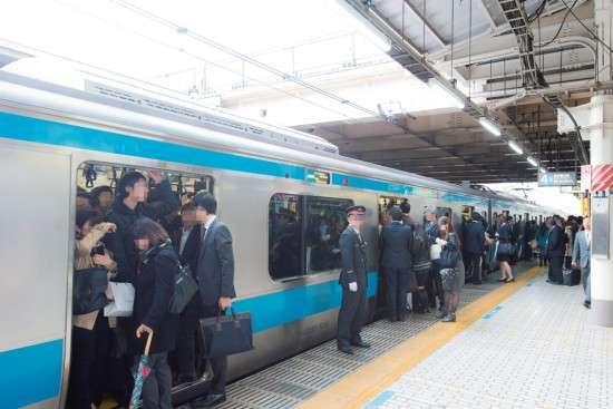 満員電車・日本の乗車率ランキングが恐ろしいことに…