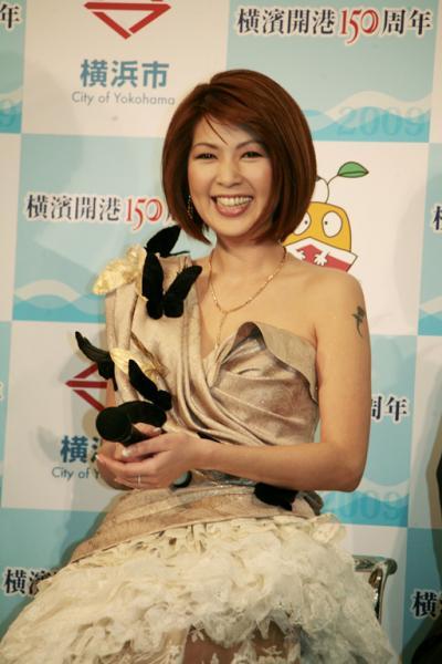 飯島直子がヤンキー時代の写真を暴露される 彼氏は学校の番長だった - ライブドアニュース
