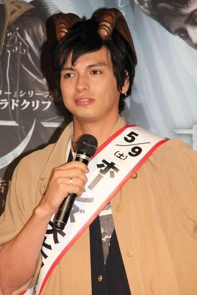元AKB48川崎希の夫・アレクサンダー、卒アル写真がイケメンすぎ!「中学生なのにイケメンすぎる」