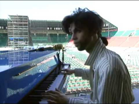 Prince playing 'Summertime' at Soundcheck, Osaka (1990) - YouTube